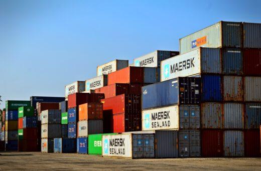 Verschillende mogelijkheden omtrent containertransport Er zijn erg veel verschillende transportmogelijkheden. Transport van producten kan op allerlei verschillende manieren gebeuren. Een veelgebruikte vorm van transport is container transport. Container transport is een breed begrip. Echter, dit betreft het transporteren van producten per container. Deze containers kunnen getransporteerd worden door middel van vrachtwagens, treinen, boten en vliegtuigen. Hoe wordt jouw pakketje getransporteerd? De wijze waarop containers getransporteerd worden is voornamelijk afhankelijk van de locatie waar je container naartoe moet. Indien de container naar de andere kant van de wereld moet, is het voor de hand liggend om dit per vliegtuig te doen. Als de container enkel naar het buurland getransporteerd moet worden, kan dit in veel gevallen gewoon per as. De meeste bestellingen op Chinese sites als AliExpress worden per boot verzonden. Dit is de goedkoopste mogelijkheid voor de verkoper, hierdoor neemt de verzending wel veel tijd in beslag. De voordelen van container transport Allereerst is containertransport een betrouwbare manier om producten te verzenden. Door alle producten in een container te doen zal het direct opvallen wanneer er een hele container niet afgeleverd wordt. Daarnaast is het beter voor het milieu. Er kan beter één boot met meerdere containers eenmalig overvaren, dan 4 boten met een aantal producten. Tot slot is containertransport een snelle en veilige manier van transport. Het gaat altijd relatief snel en producten zijn in een goede container veilig tegen weersomstandigheden en andere invloeden van buitenaf.